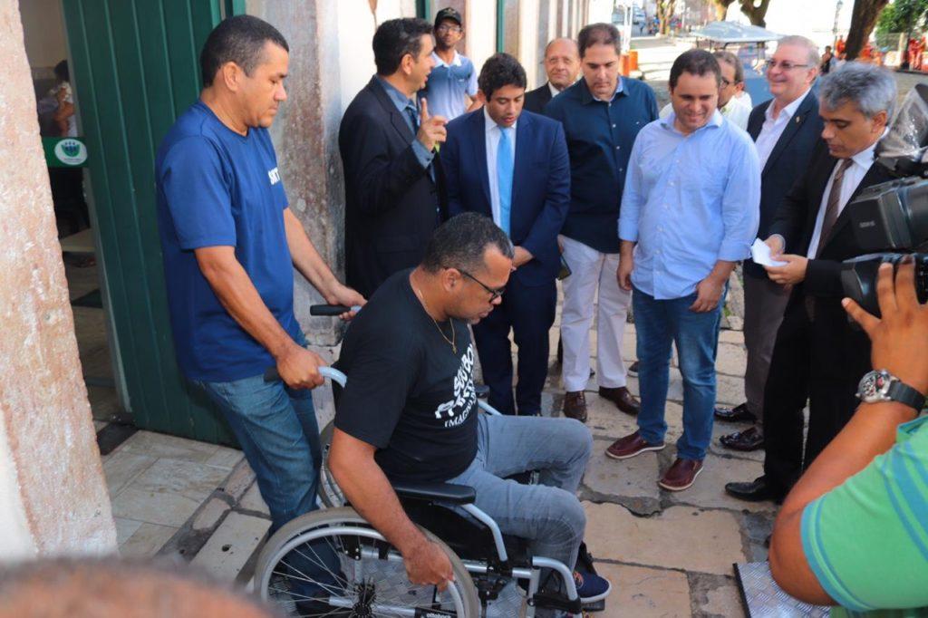 Vereadores participam da entrega de carros elétricos para pessoas idosas, com deficiência e mobilidade reduzida