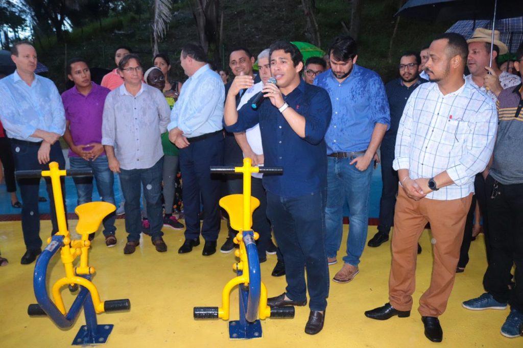 Osmar Filho participa de inauguração de praça no bairro do Bequimão