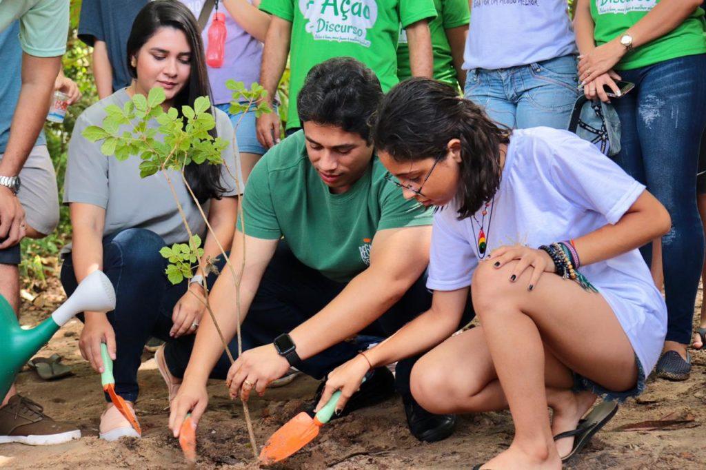 Osmar esteve na AP do Itapiracó, onde dialogou com os moradores e plantou mudas de Ipês. Foto: Hamilton Jr.