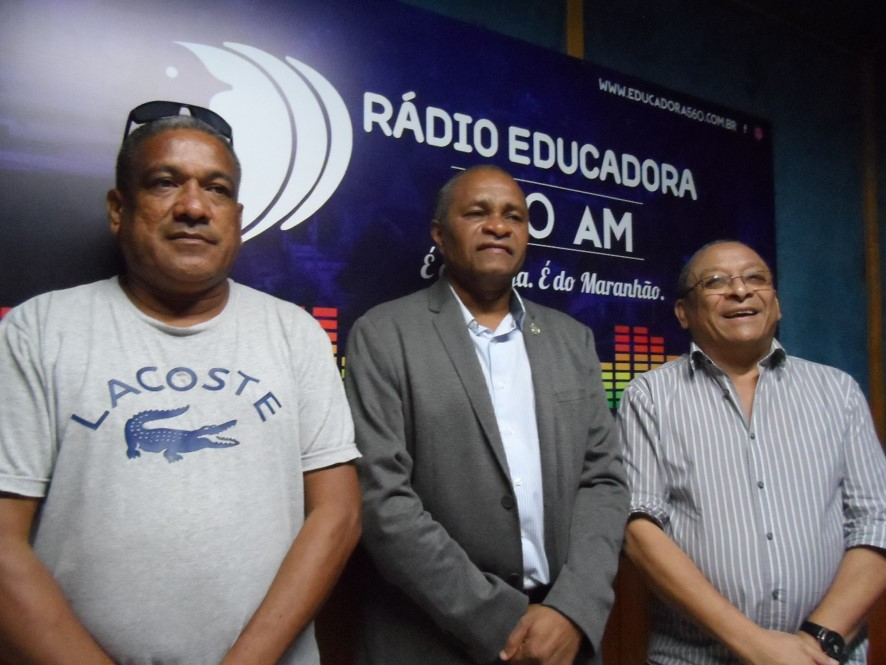 Cézar Bombeiro entre os profissionais de comunicação Djalma Rodrigues e Ademar Monteiro.