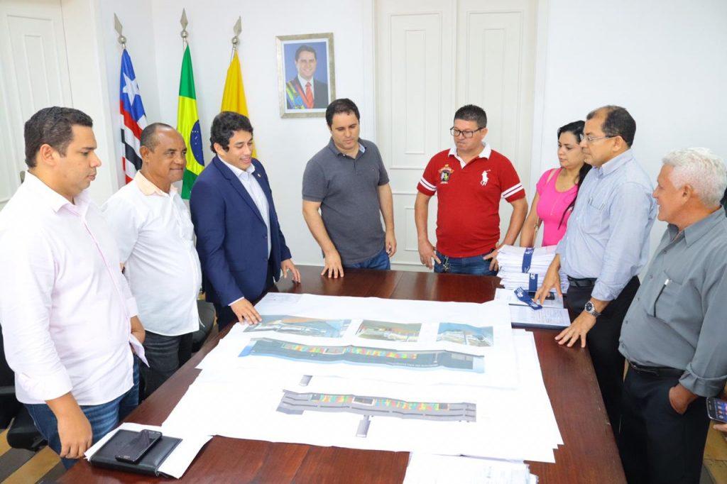Osmar e Edivaldo apresentaram, ano passado, aos feirantes o projeto arquitetônico do novo equipamento público.