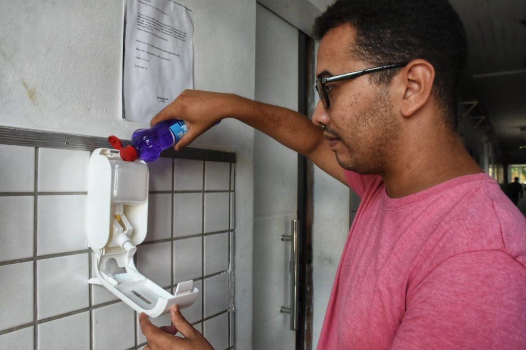 Produtos de prevenção foram disponibilizados nas entradas principais e setores da Casa.