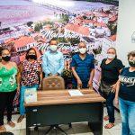Vereador Marcos Castro conversa com artesãos da capital